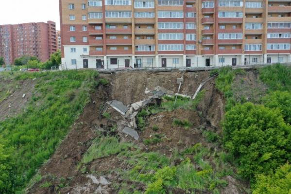 Специалисты исследуют грунт под домом