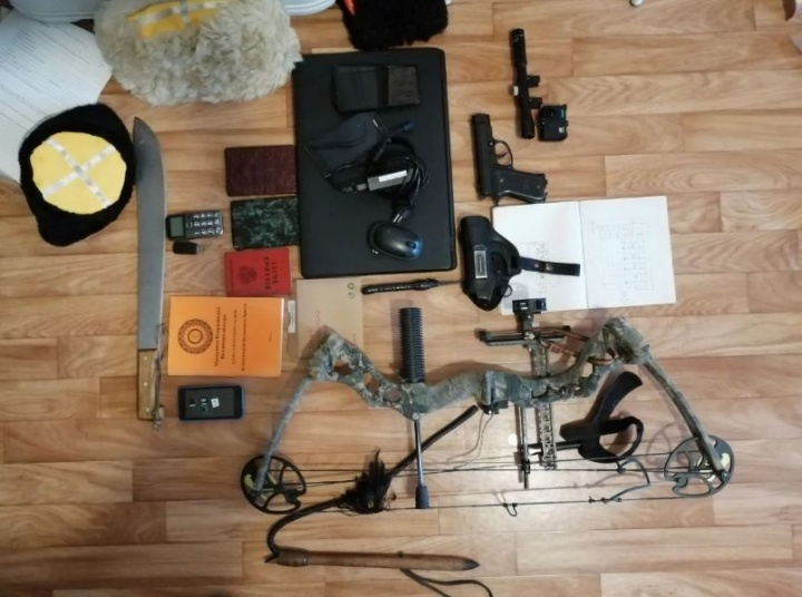 Вещи, изъятые у Загребельного. Из необычного: составной лук, мачете и пневматический пистолет. Позже все вернули