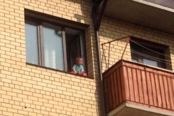 Местные говорят, что дети вылезают на окна не первый раз