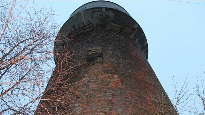 Старую водонапорную башню на Новгородском наконец признали опасной, и теперь ее должны снести