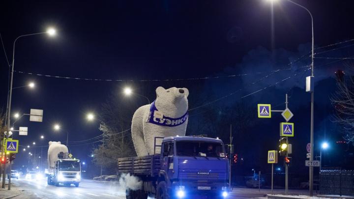 Катались по ночной Тюмени с полицейским кортежем: самый милый фоторепортаж об установке мишек у цирка