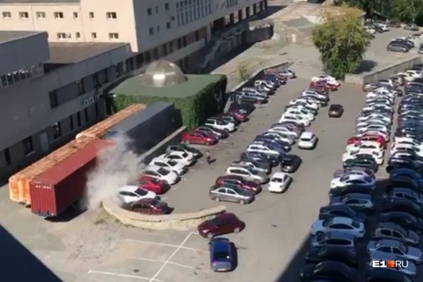 После взрыва автомобиль скрылся в клубах дыма