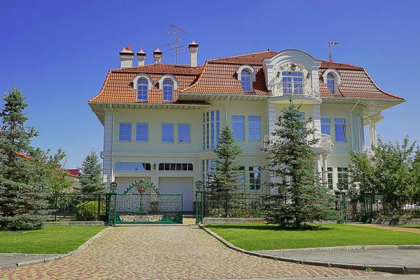 "Площадь дома, согласно <a href=""https://ekaterinburg.n1.ru/view/30384027/"" target=""_blank"" class=""_"">объявлению на сайте N1.RU</a>, — 597 квадратных метров"