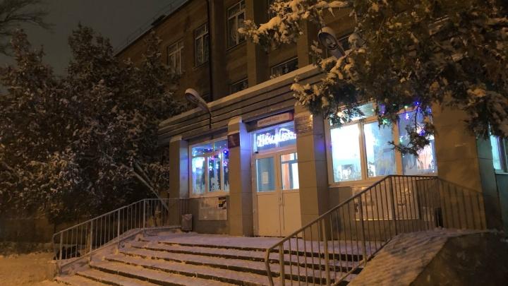 «Мы не люди, что ли?»: в ростовской школе прокомментировали гибель женщины, ждавшей врача на стуле
