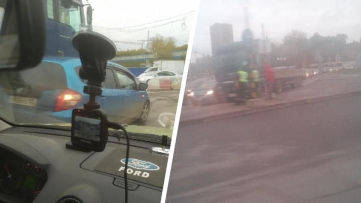 На площади Труда столкнулись грузовик и минивэн: движение в сторону Димитровского моста почти парализовало