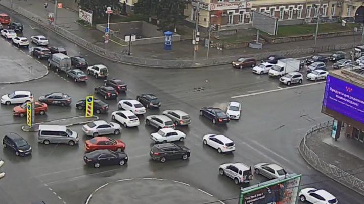 Куда ты рулишь? Пассажирке такси сломали нос в ДТП на Красном проспекте — смотрим на видео, как это было