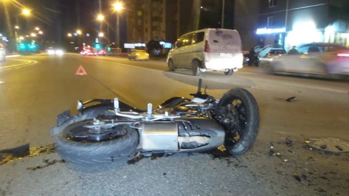 На улице Репина мотоциклист врезался в автомобиль, который разворачивался в правом ряду