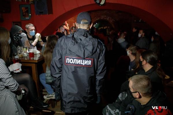Несмотря на запреты, бар в центре Волгограда был забит вечером пятницы под завязку
