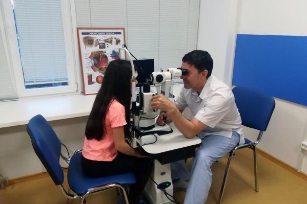 Сергей Бобров имеет специализации по лазерной и витреоретинальной хирургии, факоэмульсификации катаракты, пластической хирургии