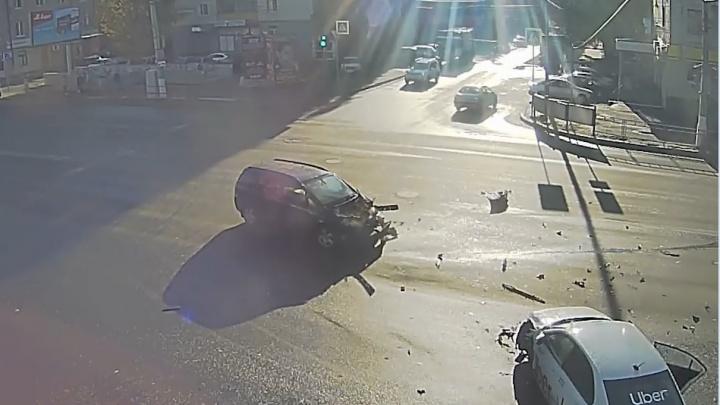 Оба поторопились: в Волгограде на видео попало ДТП с автомобилем такси