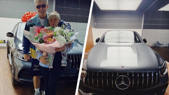 Рэпер Элджей подарил своей маме дорогой Mercedes