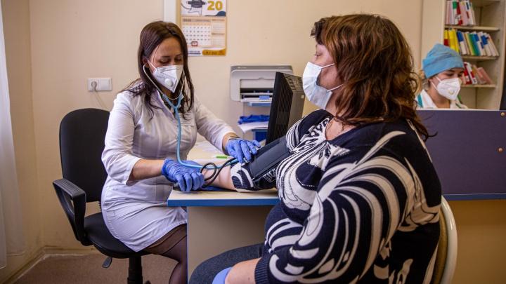 Первым медикам в Новосибирске поставили вакцину от ковида — 7 снимков из больницы