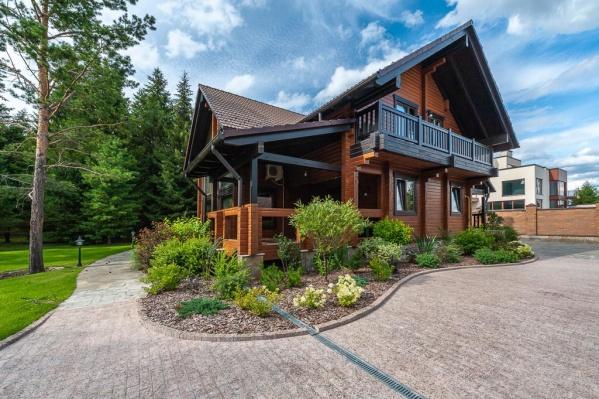 Дом прячется в окружении леса