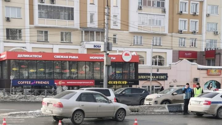 «Тойота» сбила женщину на одном из пешеходных переходов Красного проспекта