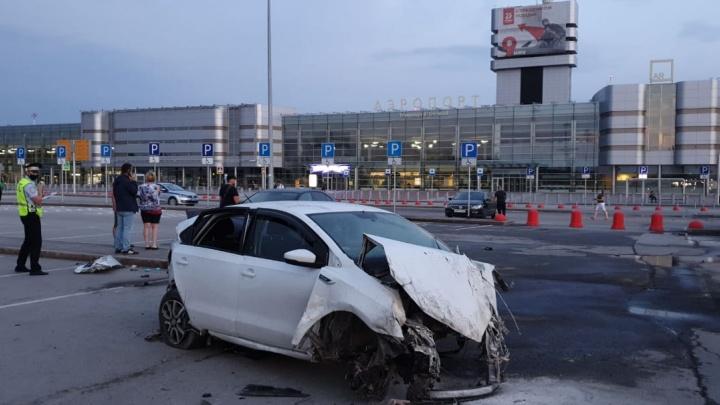 Разогнался больше 140 км/ч: Volkswagen, вылетевший с трассы около Кольцово, — это такси
