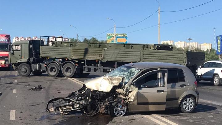 Разбитая легковушка и КАМАЗ поперек дороги: Вторую Продольную парализовало серьезное ДТП