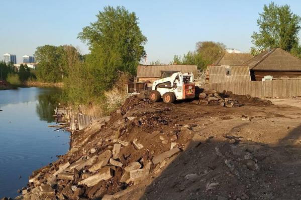 В Красноярские старые бордюры выбросили в пруд, где живут утки и ондатры