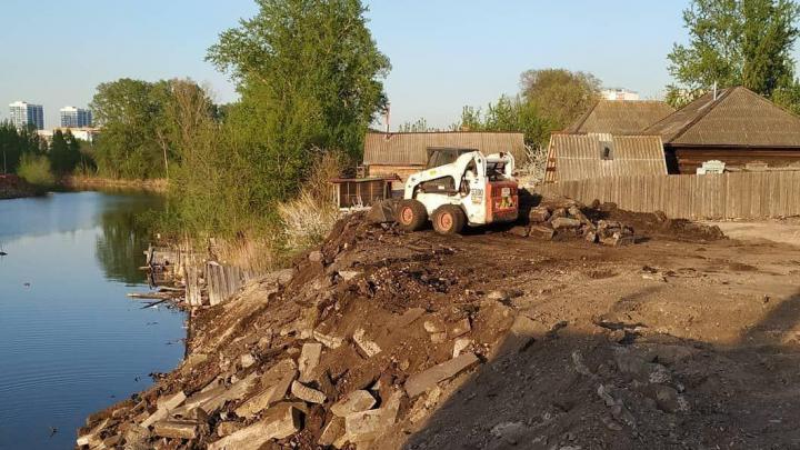 Рабочие сбросили строительный мусор в пруд на Судостроительной и испортили место отдыха горожан