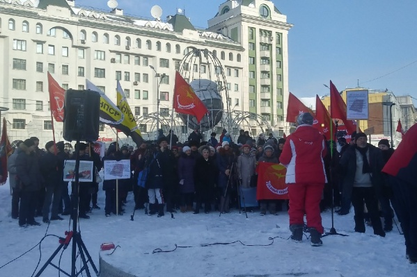 Протестующие скандировали «Нет самовластию» и «Нет поправкам»
