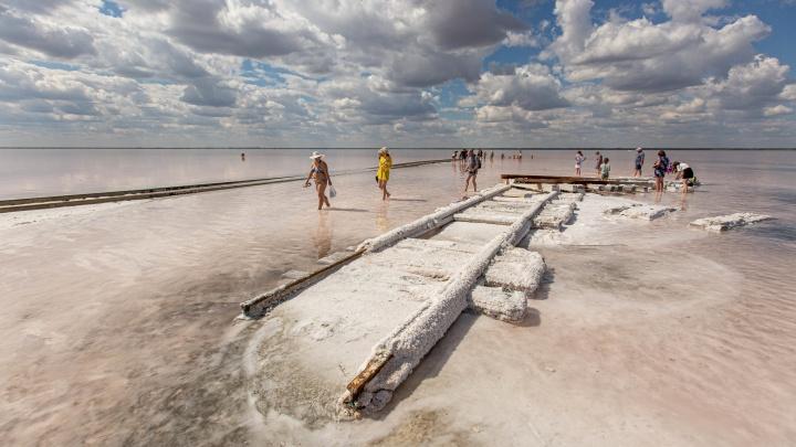 Как на Марсе: репортаж с озера Бурсоль — одного из самых красивых мест в Сибири, где по воде ходит чудо-юдо поезд