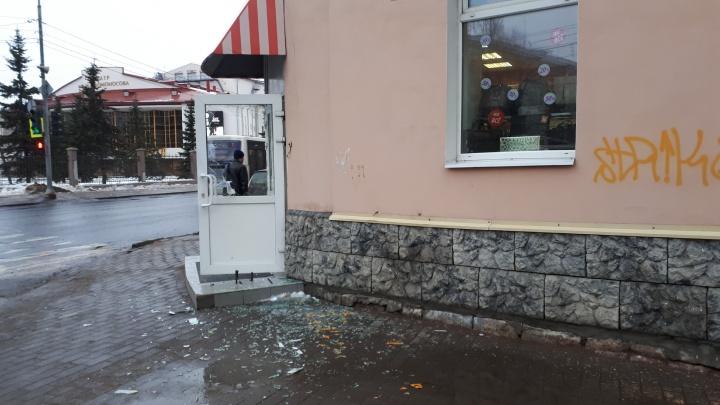 Ветер выбил стекло в магазинной двери на Троицком проспекте