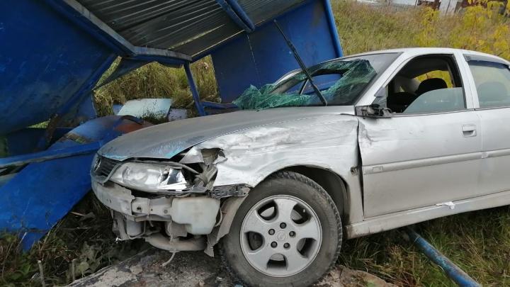 Мужчина угнал машину у приятеля и снёс остановку в Чулыме