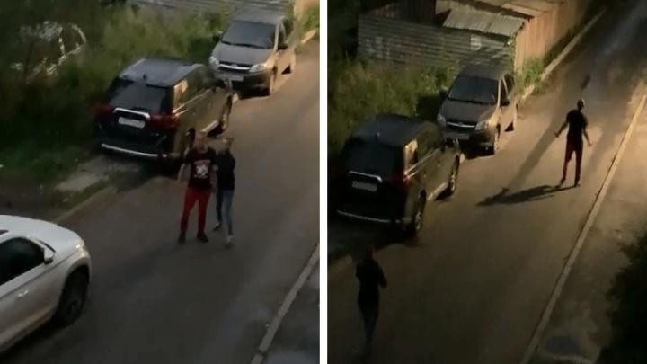 Мужчина разгуливал с двумя ножами по Архангельску и бил машины — его засняли на видео