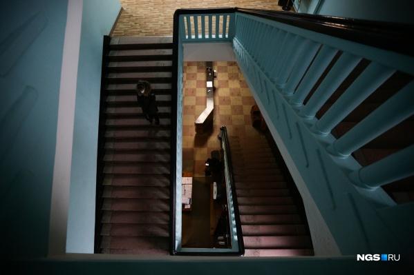 По этой лестнице в свое время поднимался и спускался Алексей Косыгин — до того как стал председателем Совета министров СССР. Сколы на ней тщательно восстанавливают, имитируя технологию того времени