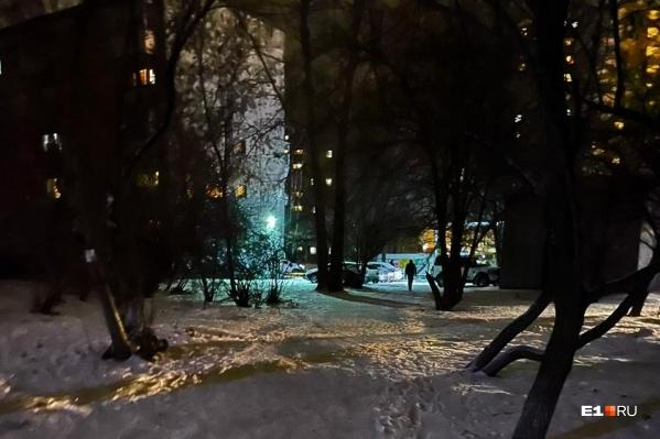 Хорошо освещенные улицы выглядят по-разному, а улицы и дворы без фонарей — все примерно одинаково