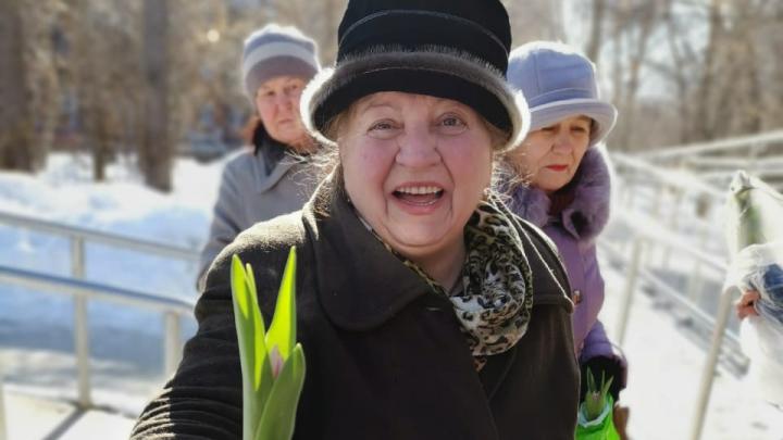 Милота дня: екатеринбургские волонтеры подарили бабушкам цветы и теплые вязаные вещи