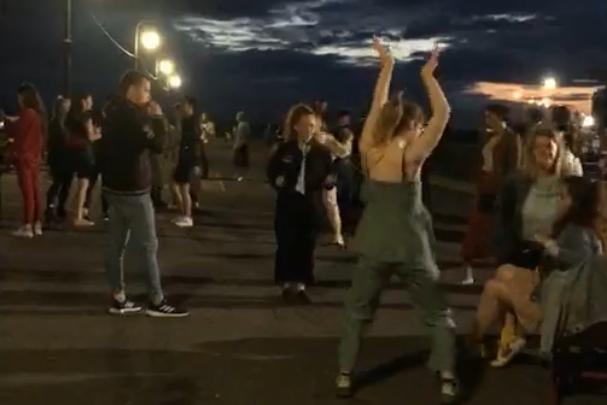 Танцы на причале: архангелогородцы отметили вечеринкой поэтапное снятие ограничений — видео