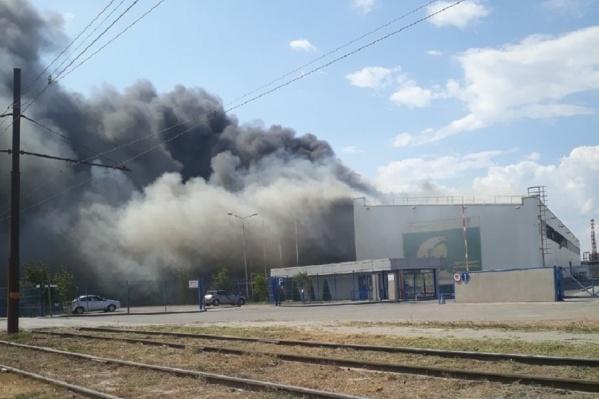 Густой дым от пожара видно даже из центра Волгограда
