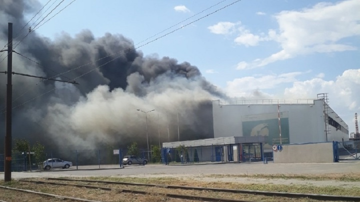 Был взрыв, а потом полетели скорые: в Волжском загорелся завод сэндвич-панелей