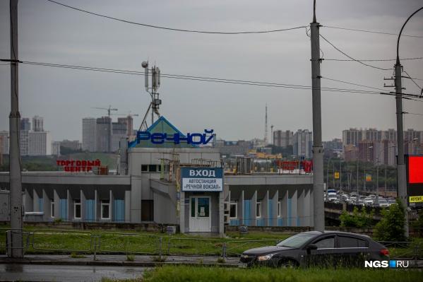 Автостанция находится в здании ТЦ «Речной»