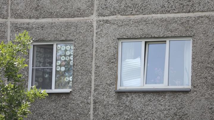 В Челябинской области из окна выпал двухлетний ребёнок