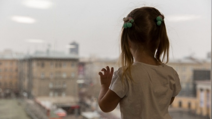 В Кузбассе двое маленьких детей выпали с балкона 4-го этажа. На родителей завели уголовные дела
