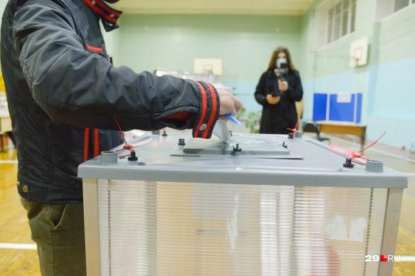 Так проходило голосование на избирательном участке в школе №26. Голосует один из последних избирателей <br>