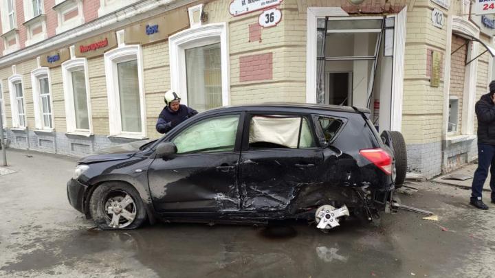 Вынесло с дороги в дом: в центре Самары столкнулись 3 автомобиля