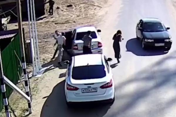 Мужчин пытались разнять девушки, ехавшие с оперативниками