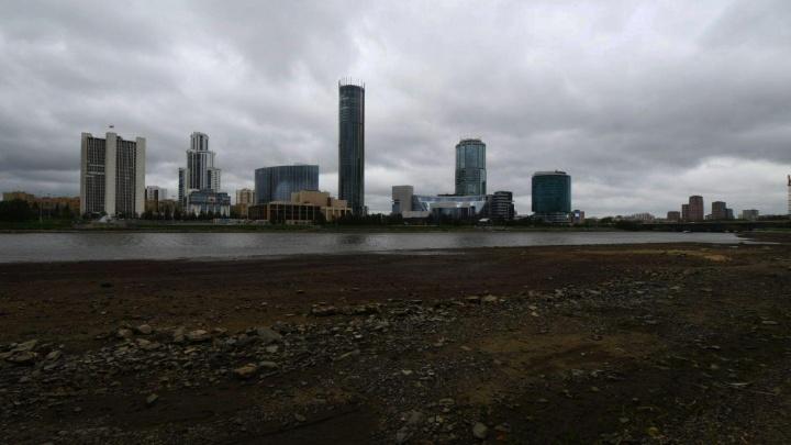 А где вода? Городской пруд резко обмелел