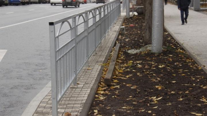 В Новосибирске пообещали убрать часть заборов возле дорог — рассказываем, где их не станет
