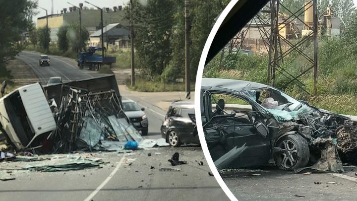 Люди зажаты в груде металла: на Гагарина в лобовую столкнулись грузовик и легковушка
