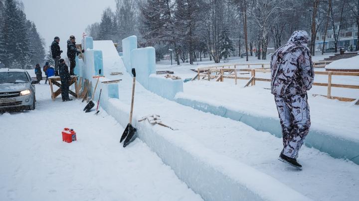 В Кемерово начали строить ледяные горки. Рассказываем, когда они будут готовы