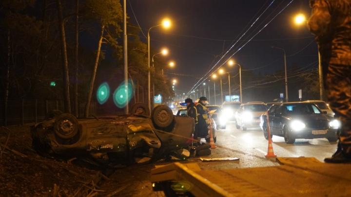 На Красном Пути на крышу перевернулось такси: фоторепортаж с места происшествия