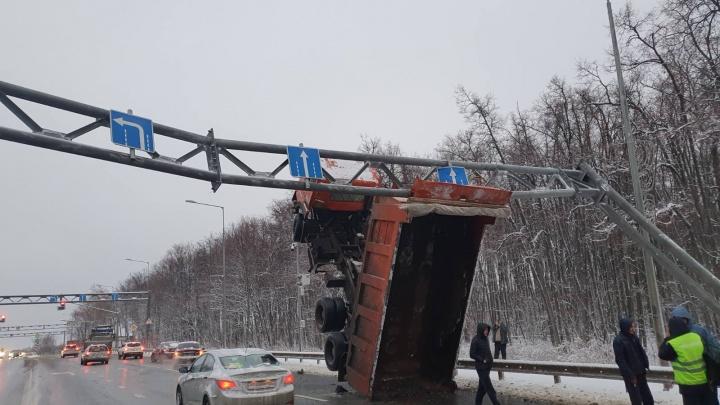 На Волжском шоссе ограничили движение транспорта