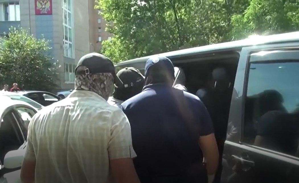 Задержание Андрея Кормича у налоговой инспекции в городе Королеве, далеко от места похищения ополченца