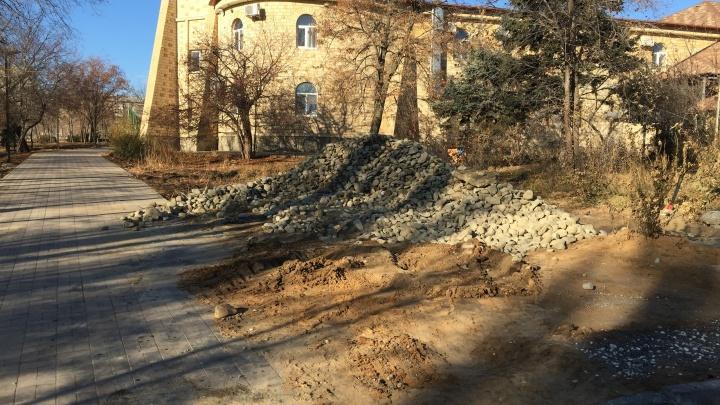 Где обещанный газон и ровная плитка: волгоградец раскритиковал готовый к открытию парк Гагарина