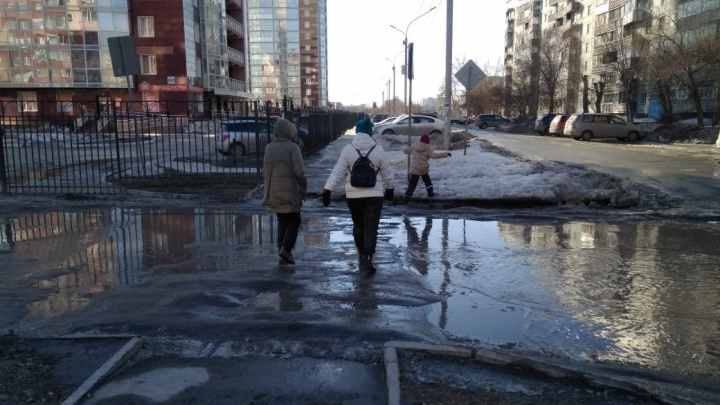 Власти откачали на Троллейном жилмассиве воду из лужи с волнами «как на Байкале»