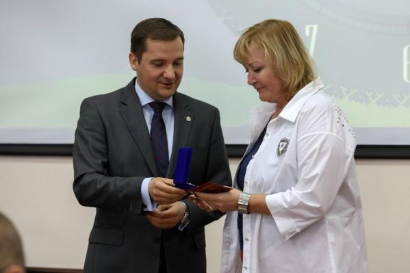 Цыбульский наградил Саутину званием почетного строителя