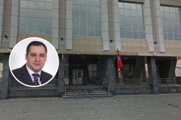 Всеволод Кондратьев является председателем комитета по экономической политике, промышленности и предпринимательству шестого созываАлтайского краевого Законодательного собрания